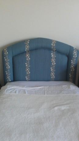 Rembourrage d'une tête de lit en tissus bleu